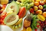 Рецепт: Легкий летний салат с огурцом, редисом и кунжутом